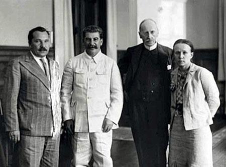 urss_1935_romain_rolland_et_son_epouse_maria_koudacheva_avec_staline-.jpg