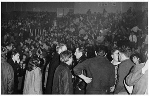27 janvier 1967 à l'ULB. Le sous secrétaire d'état américain Kaplan est invité à expliquer la guerre menée contre le peuple vietnamien. La propagande de Kaplan ne passera pas !