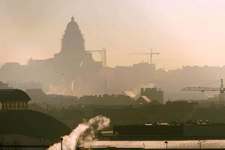 Vue sur le Palais de justice de Bruxelles dans le smog