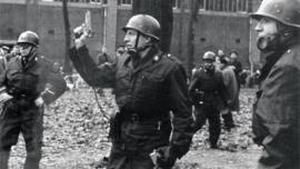 Mine de Winterslag (proche du Zwartberg) 1966 : gendarme arme au poing
