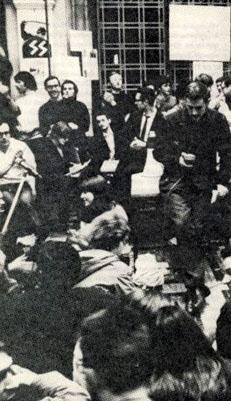 ULB, 1 juin 1968 : Ludo Martens à l'arrière-plan debout en pull blanc sous le sigle SS