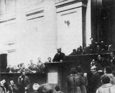 Lénine, le 4 avril 1917, exposant ses thèses à la tribune du Soviet des députés des travailleurs et des soldats de Pétrograd