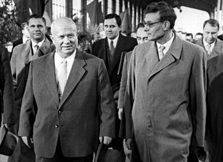 Les révisionnistes Nikita Khrouchtchev, Mikhaïl Souslov avec Andrei Gromyko à l'arrière-plan