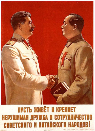 Affiche soviétique sur l'amitié sino-soviétique : Staline sert la main de Mao Zedong tenant un ouvrage de Lénine