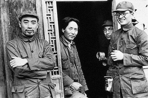Mao Zedong pendant la guerre civile ; à gauche, Zhou Enlai