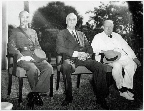 Tchiang Kaï-Chek, Franklin D. Roosevelt et Winston Churchill, au Caire en Egypte en novembre 1943