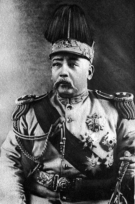 Yuan Shikai en tenue impériale en 1915