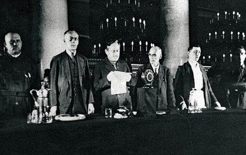 Andrei Vyshinsky lisant le verdict à la fin des procès Shakhtinsky pour activités contre-révolutionnaires en 1928