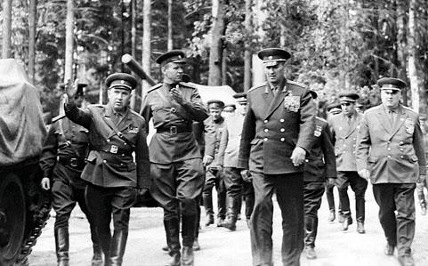 Le ministre de la Défense de l'URSS, le maréchal Andrei Grechko inspecte la 14e division de fusiliers motorisés des forces soviétiques en RDA une semaine avant l'invasion de la Tchécoslovaquie.