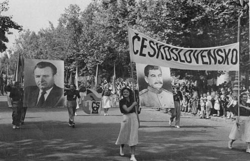 Délégation de Tchécoslovaquie au festival étudiant international en 1949 à Budapest, avec les portraits de Klement Gottwald et de Staline
