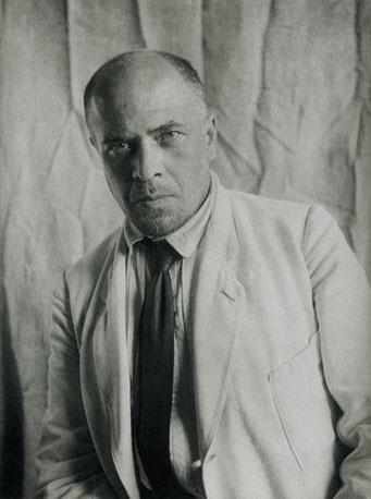 L'architecte Alexandre Vesnine photographié par Alexandre Rodtchenko en 1924