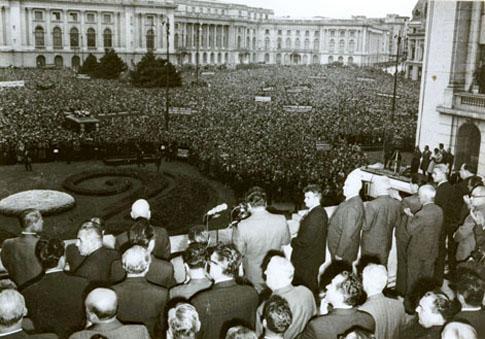 Nicolae Ceaușescu prononçant son discours contre l'invasion de la Tchécoslovaquie par les troupes du pacte de Varsovie