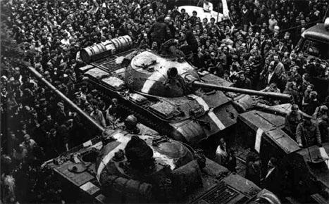Foule entourant les troupes d'occupation