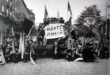 Rassemblement contre l'invasion en Tchécoslovaquie, avec une message écrit en russe destiné aux occupants soviétiques : « rentrez à la maison ».