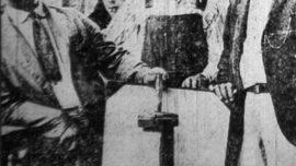 Des mineurs montrent un exemplaire d'une bombe lâchée par l'aviation militaire contre les grévistes lors de la bataille de Blair Mountain