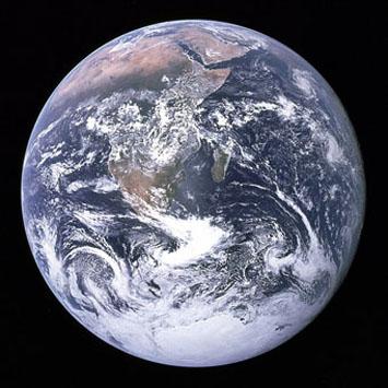 Vue de la Terre par l'équipage d'Apollo 17, à 45 000 km de celle-ci, lors de leur voyage vers la Lune, en décembre 1972.