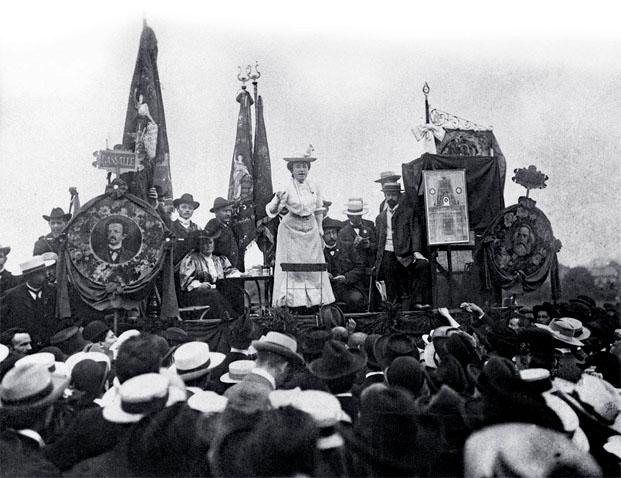 Rosa Luxembourg prenant la parole en 1907 à Stuttgart