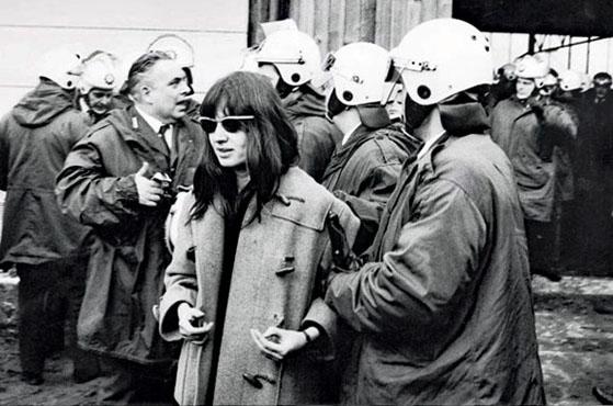 Ulrike Meinhof interpelée par la police à Berlin-Ouest en 1970