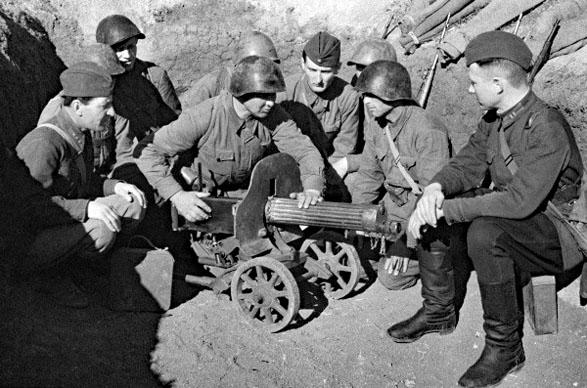 Un commissaire politique et des soldats de l'armée rouge sur le front de la Crimée en mai 1942
