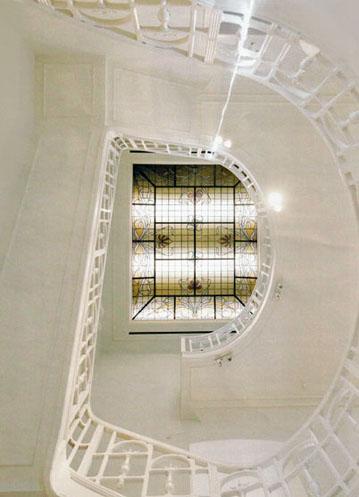 Vue sur la cage d'escaliers et la verrière du club « The Nine » situé dans le quartier du Berlaymont à Bruxelles.